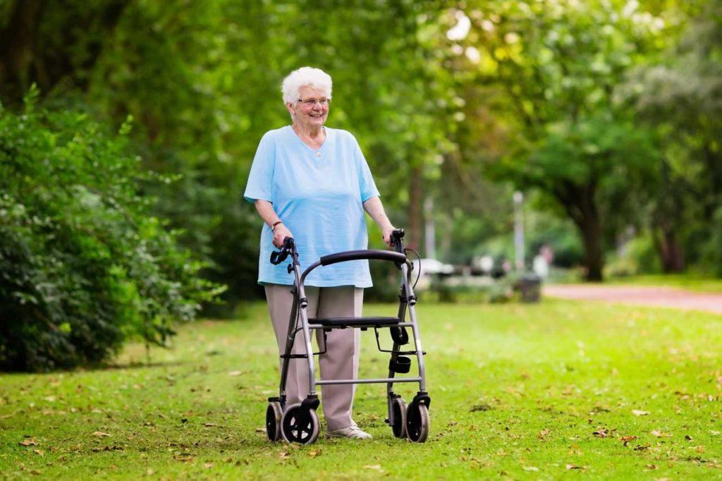 Äldre kvinna med rullator