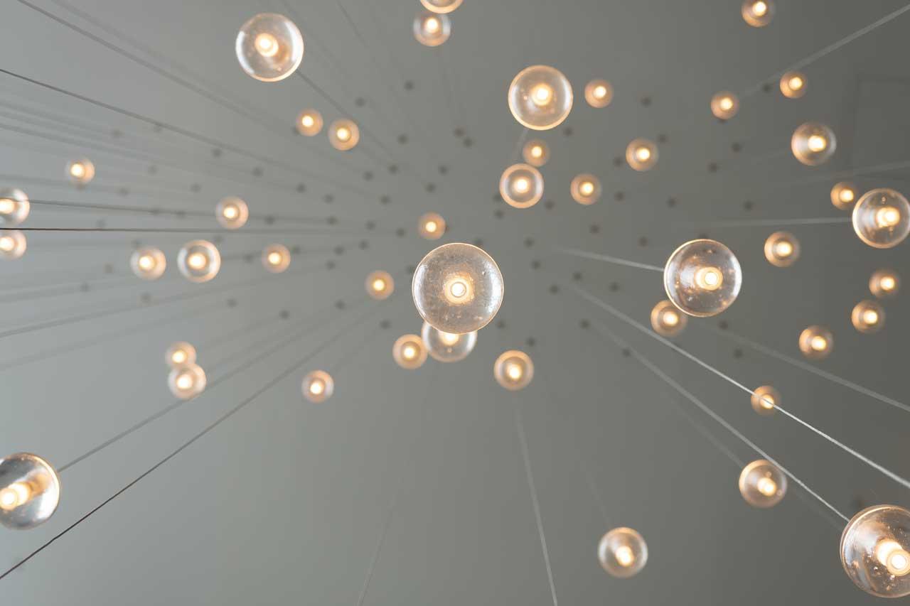 Foto på ljusarmaturer underifrån