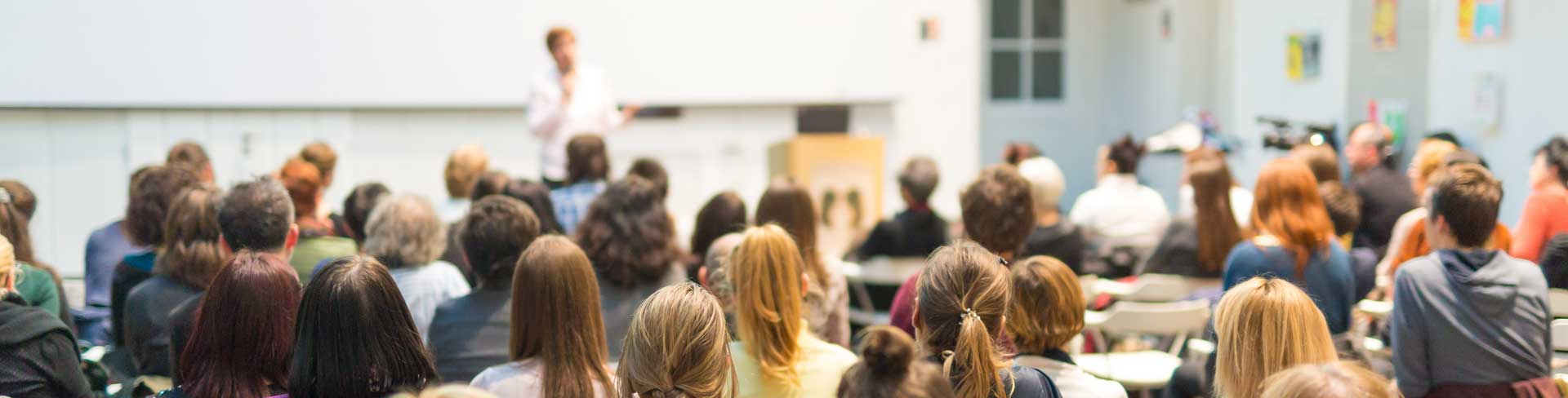 En presentatör inför åhörare