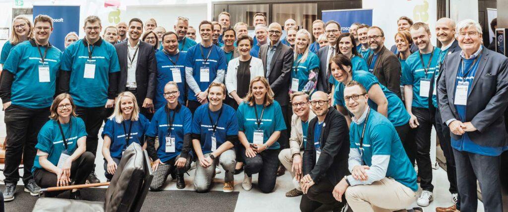 Microsofts VD Satya Nadella tillsammans med de tre teamen från Samhall Innovation days