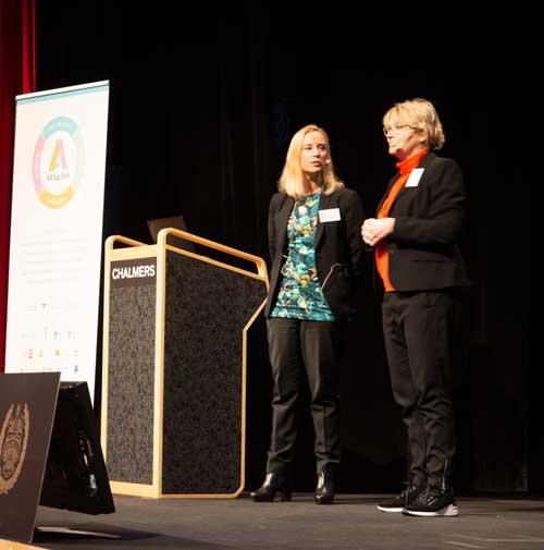 """Marie Stegard Lind och Maria Gill från Regeringskansliet presenterar lite av vad de kommit fram till i arbetet med """"Utredningen om välfärdsteknik i äldreomsorgen""""."""