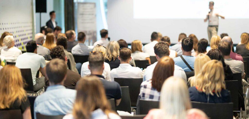 Människor som lyssnar på en presentation