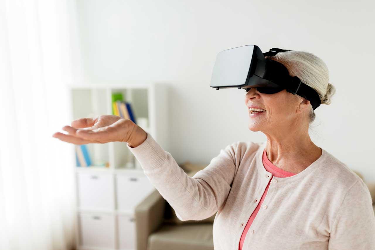 Äldre kvinna med virtual reality-glasögon på sig.
